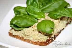 Brot mit Avocadoaufstrich