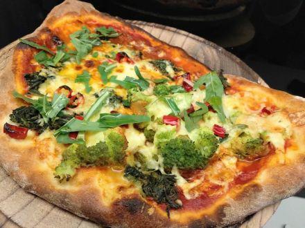nepolitanische pizza mit brokkoli und spinat