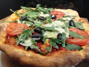 neaptitanische pizza mit oliven rucola und tomaten